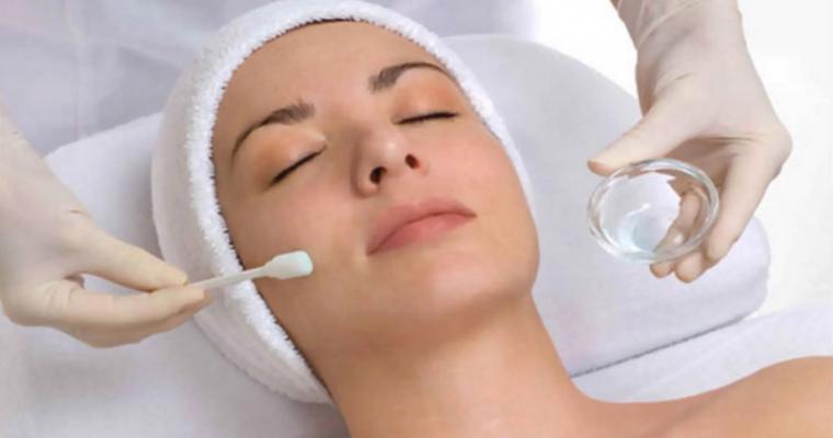 Химический пилинг для лица: польза и вред, уход за кожей после процедуры